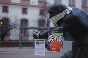 Berserker-Statue mit Free Belarus-Plakat und verbundenem Mund