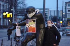 Christina vor Berserker-Statue in Darmstadt