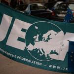 Die grüne JEF Flagge und eine EU-Flagge
