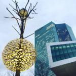 Baumskulptur des Künstlers Giuseppe Penone vor dem Hauptgebäude der EZB