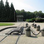 Denkmal des Wagens von Compiègne, dem Ort der Unterzeichnung der Kapitulation Deutschlands im Ersten Weltkrieg in der Nähe von Verdun. Zu sehen sind Schienen und ein Betonschrein, der die Stelle markiert, an dem der Wagon stand. (CC-BY-SA MagentaGreen via Wikimedia)